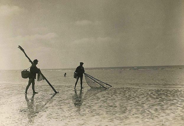 Pêche à la crevette - Cabourg 1933 - Collection LANGLAIS Marie Pierre Le Gall et Jean Prijean