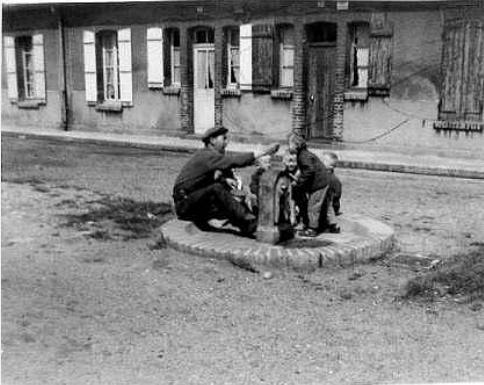 Col Isabelle - La pompe à eau dans la rue Sainte-Cécile
