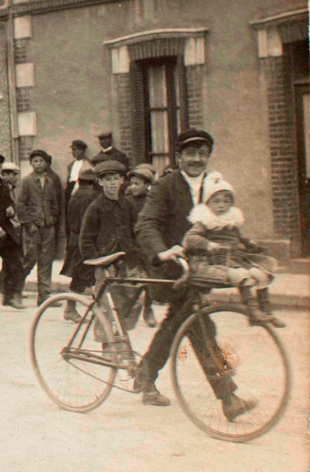 1er mai 1920 CGT Unitaire au centre en blanc Mme Poulain - avec la bicyclette Marcel Cudorge et son fils Marcel - Coll B. Colin -
