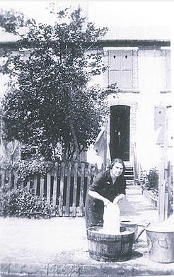 Col Ledanois - Mme Eugène lave son linge dans un baquet dans la rue