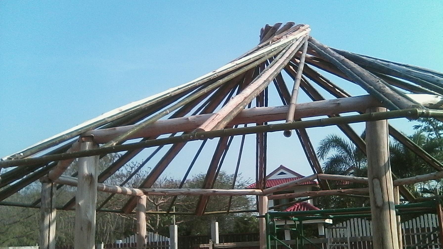 Bambusstäbe werden am Balken  fesgeschraubt