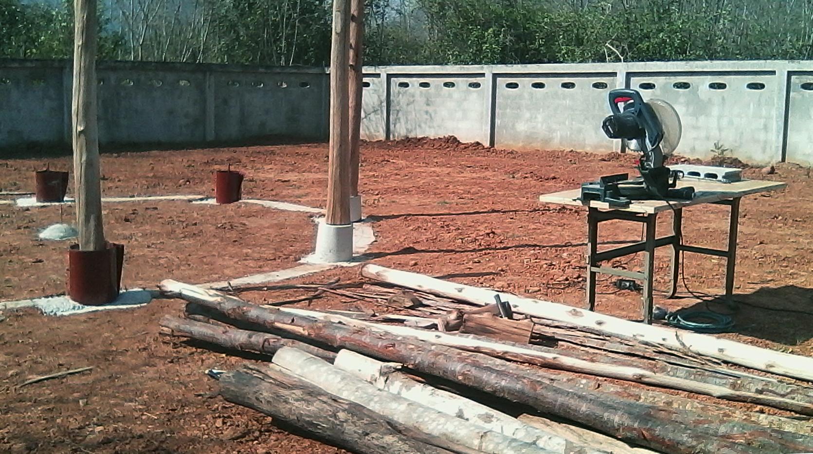 Die Verschalung wird entfernt, die ersten Holzstämme werden aufgestellt