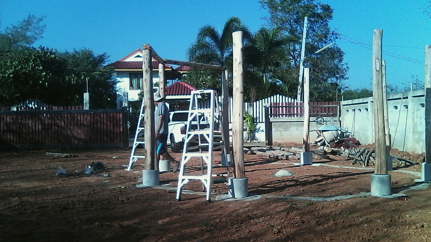 Die Holzstämme werden auf Betonsockel gestellt