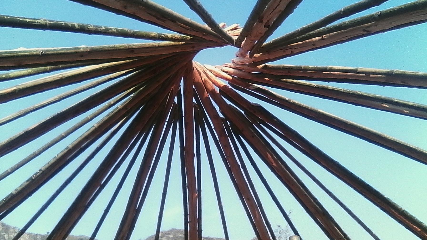 Das Netz der Bambusstäbe soll die Strohpaletten tragen, wichtig ist, dass die Konstruktion innen und außen sichtbar bleibt