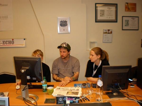 Die Layouter Jil und Laurence mit Oli am Werk