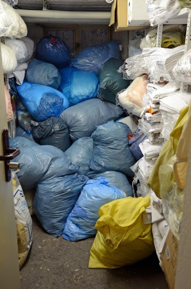 Liegengebliebene Kleidung und private Sachen der Obdachlosen, die nicht mitgenommen werden, werden drei Monate lang aufbewahrt.