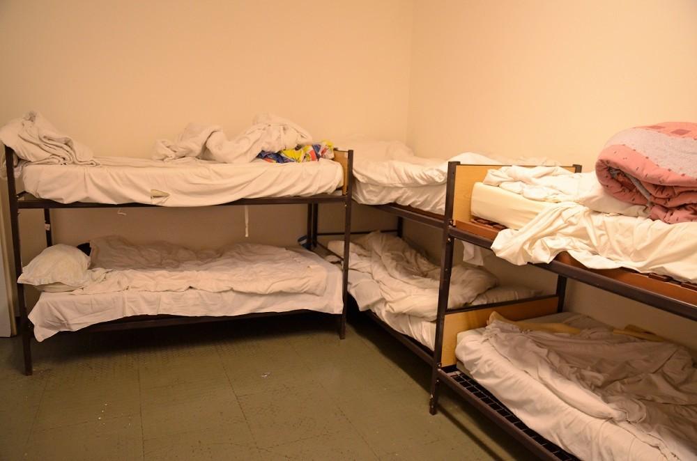 Im Café Plattform gibt es drei Schlafräume mit jeweils acht, bzw. drei Betten. Es gibt auch zusätzliche Beistellbetten.