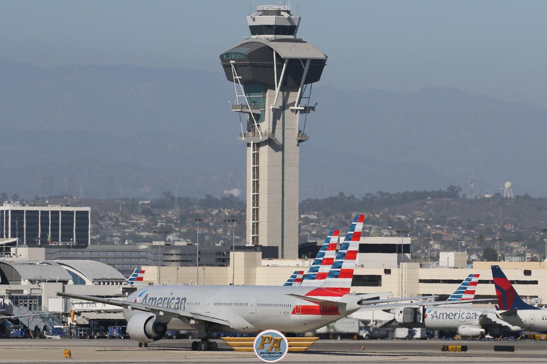 """Boeing 777 nouvelle livrée """"American Airlines""""  immatriculé  N727AN"""