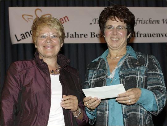 Hildegard Pfaff die Schirmherrin links und die Vereinsvorsitzende Anette Heckelmann