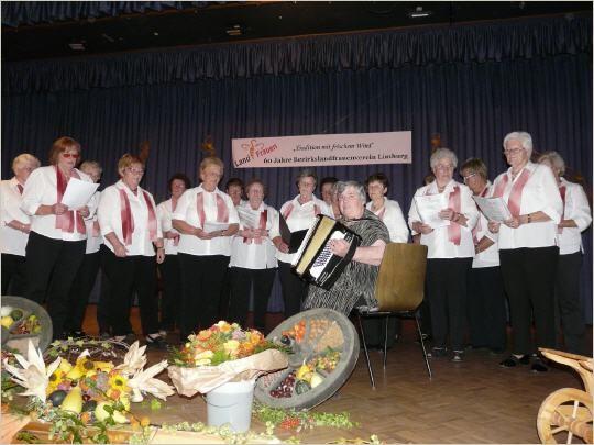 Margret Pfeiffer mit ihren singenden Landfrauen aus Neesbach