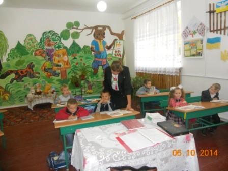 першокласникам сподобалась нова вчителька -випускниця.