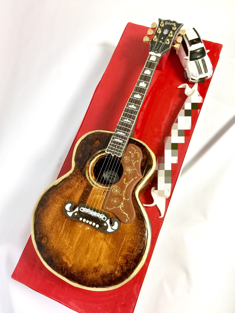 ギブソンアコースティックギター  ビンテージ 型ケーキ🎂 #guitarcake カッコイイ! ギターの写真をみて「美しい」とはじめて感じた✨🎶 ケーキでなるべくあの美しさを壊さず再現させていただきました。#美しい #ギター #ギブソン #アコースティックギター #ビンテージ #1960年代っぽい #ミュージック #音楽 #ケーキ #誕生日ケーキ #ギターケーキ #gibson #gibsonsj200 #j200 #acousticguitar #music #musiccake #vintage #vintageguitar #gateau #cake #torta #pateasucre #fondantcake #handmade #japanesemade #🇯🇵