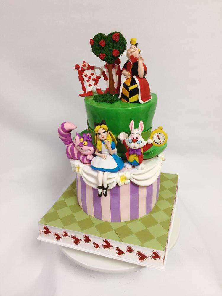#不思議の国のアリス #ハートの女王 #ハートの木 #うさぎ #アリス #チェシャ猫 #トランプ兵 #帽子型ケーキ #砂糖細工 #砂糖フィギュア #ケーキ#🇯🇵 #alice  #queenofhearts #fondantart #fondantfigure #rabbit #handmade #cheshirecat #cake #2段ケーキ