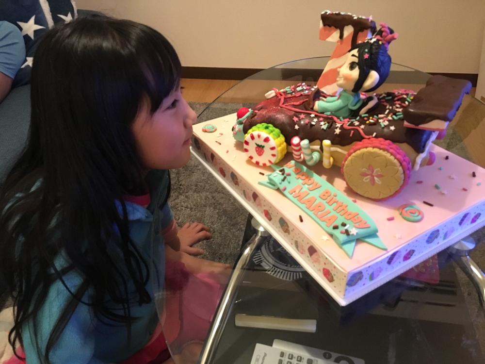 Happy Birthday to Maria 🎉🎉🎉 毎年ケーキを作らせてもらい幸せタイムありがとう😊あっという間に7歳🎉 エムケーキも7歳だ😋  今年は動画まで〜!! 可愛くて嬉しくって私倒れますw そして涙でちゃう😍 最高の笑顔をありがとう😊 #7歳 #20歳まで作らせてね #誕生日ケーキ #いつもこの笑顔で逆サプライズ❤️だよ #女の子って可愛い #男の子も可愛い #ケーキを作れる幸せ #ここにあり #最高の笑顔 #happycake #happysmile #girls #birthdaycake #vanellopecake #wreckitralph #wreckitralphcake #fondantcake #fondantfigure #mcakesjapan