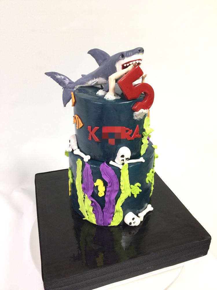#サメ #人 #食べちゃった #お母さんデザイン #2段ケーキ #ジョーズ #🦈 #誕生日ケーキ #5歳 #ドクロ #💀 #ダークな世界 #手しごと #手作業 #ケーキ #shark #skull #ocean #cake #dark #momdesign #bdcake #handmade  #fondantwork #fondantcake #pateasucre #sekerhamuru #pastadizucchero #🇯🇵#Japan