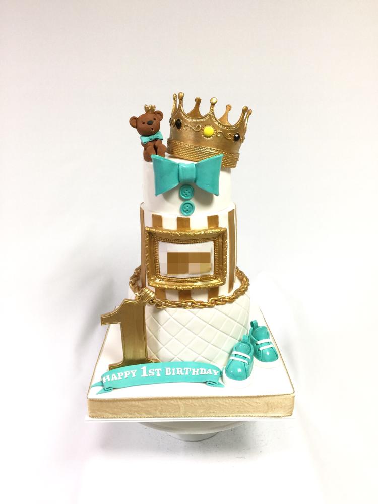 初めてのお誕生日ケーキ🎉 「お誕生日おめでとう🎊」 #ビギー #王冠 #男の子 #1歳誕生日 #キングクマちゃん #ぶりんぶりん #ケーキ#3段ケーキ #ベビーシューズ #ティファニーブルー #ゴールド #ホワイト  #notoriousbig #1stbirthday #gold #white #tiffanyblue #birthdaycake #fondantfigure #fondantcake #cake #👑 #🎂 #🇯🇵