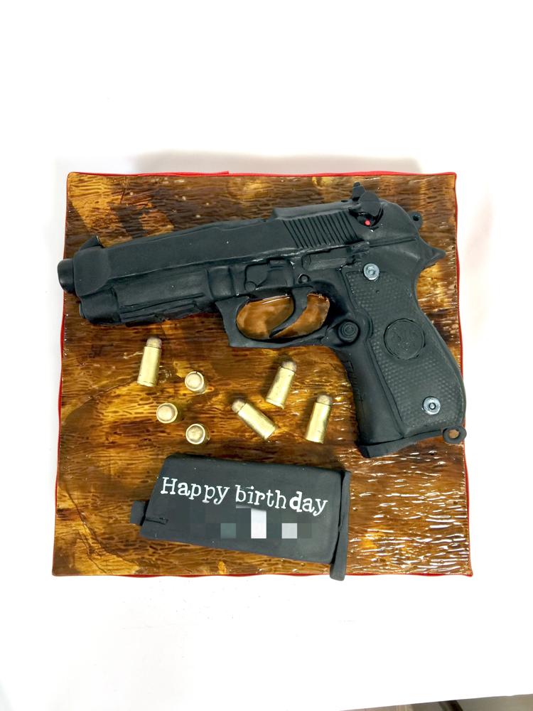 モデルガン型ケーキ🎂 #モデルガン #拳銃 #ベレッタ #ベレッタm9a1 #弾 #誕生日ケーキ #拳銃ケーキ #特殊ケーキ #ケーキ #beretta #modelgun #gun #guncake #bullet #man #birthday #cake #gateau #torta #japanesemade #handmade #🇯🇵