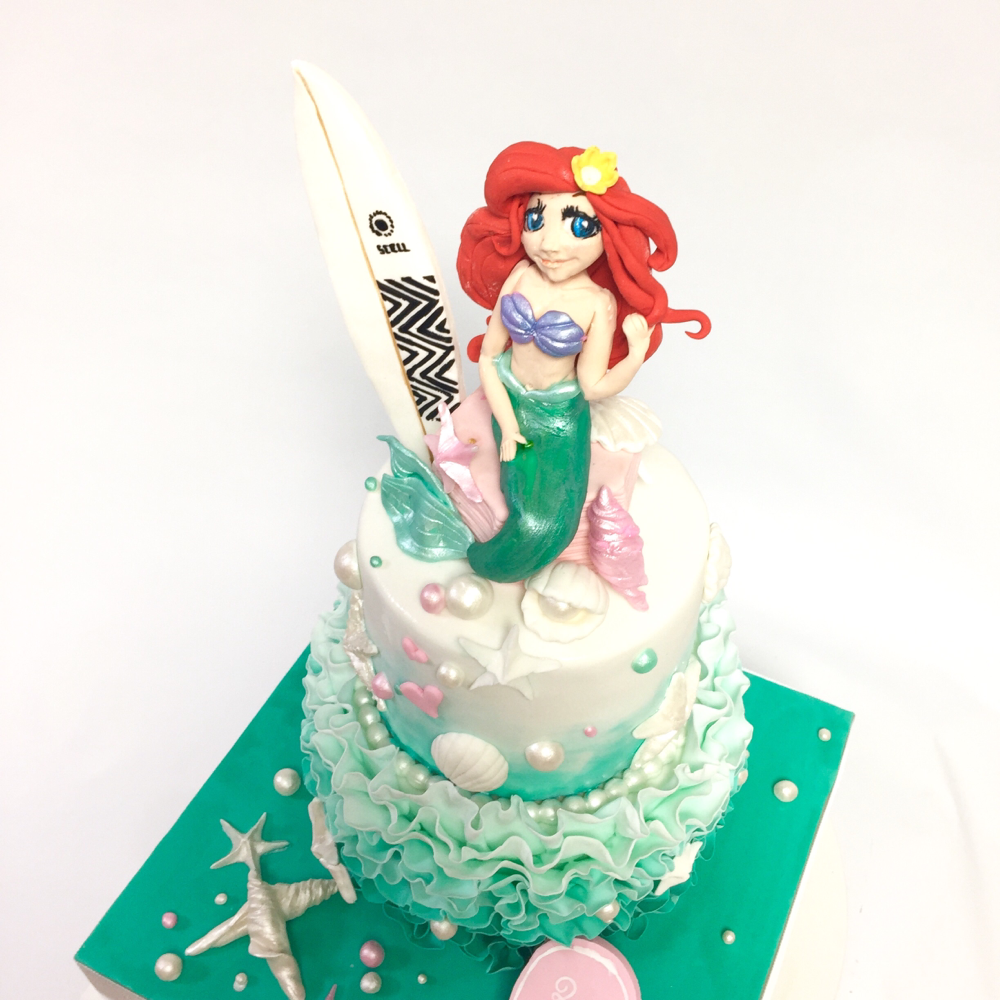 リトルマーメード & サーフボード な海っぽいケーキ🍰 #リトルマーメード #人魚 #海 #サーフィン #サーフボード #貝殻 #ターコイズブルー  #マリンブルー #mermaid #littlemermaid #surfing #surfboard #sea #shell #turquoiseblue #marineblue #cake #gateau #torta #ケーキ