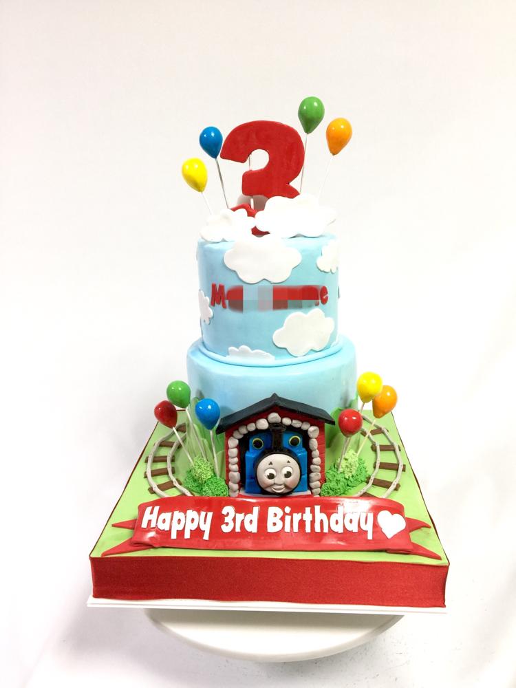 Happy 3rd Birthday to MASAMUNE-kun🎉👑🎂 #3rdbirthday #🌅 #🐔 #トーマス #お母様デザイン #トーマスケーキ #2段ケーキ #2017 #明けましておめでとうございます #mcakesjapan #お誕生日 #男の子 #cake #fondantfigure #fondantcake