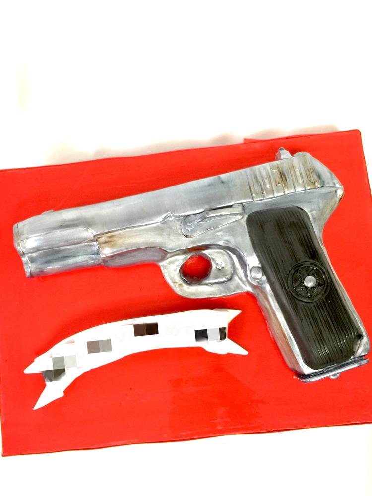 #拳銃 #🔫 #拳銃ケーキ #鉄砲 #トカレフ #tokarev #tokarevtt33 #🇯🇵 #ケーキ #tokarevcake #gun #guncake #cake #🎂 #安全銃 #食べれちゃう #fondantcake