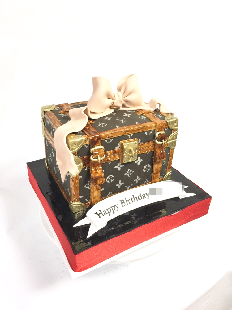ビトン風トランクケーキ🍰 #ルイヴィトンケーキ #トランク #ボックスケーキ #ルイヴィトン風 #ファッション #鞄 #手書き #手作業 #ケーキ #誕生日ケーキ #louisvuittoncake #louisvuitton #fashion #suitcase #boxcake #handmade #handpainted #🇯🇵 #gateau #taarten #torta #cake #fashioncake