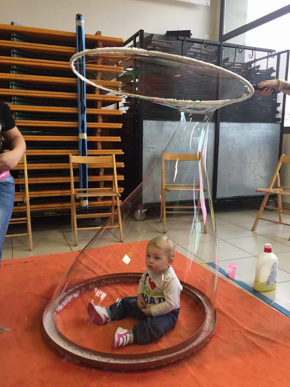 Festa con bimbo in bolla