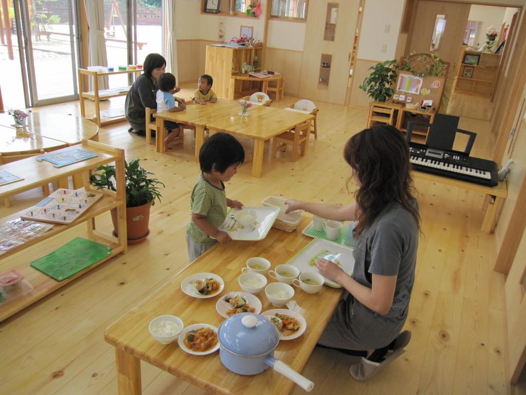 乳児のクラスも自分の食事は自分で運べます
