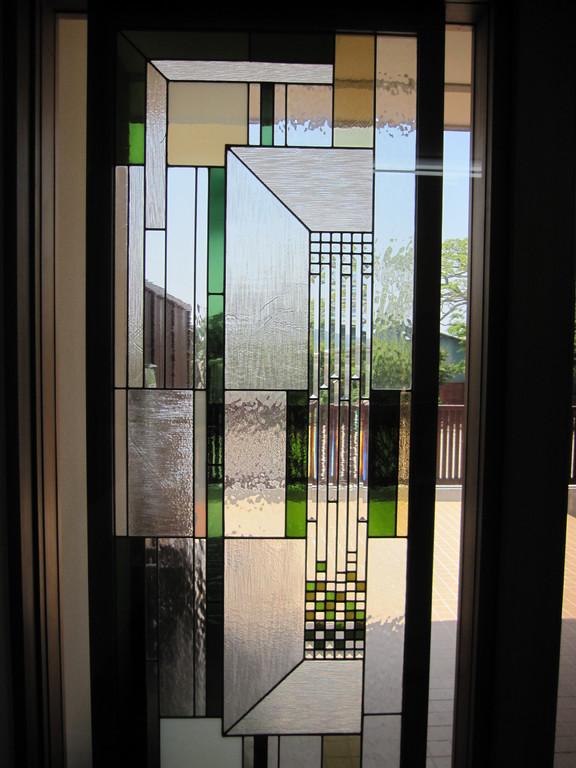 玄関脇にはライト様式のステンドグラス