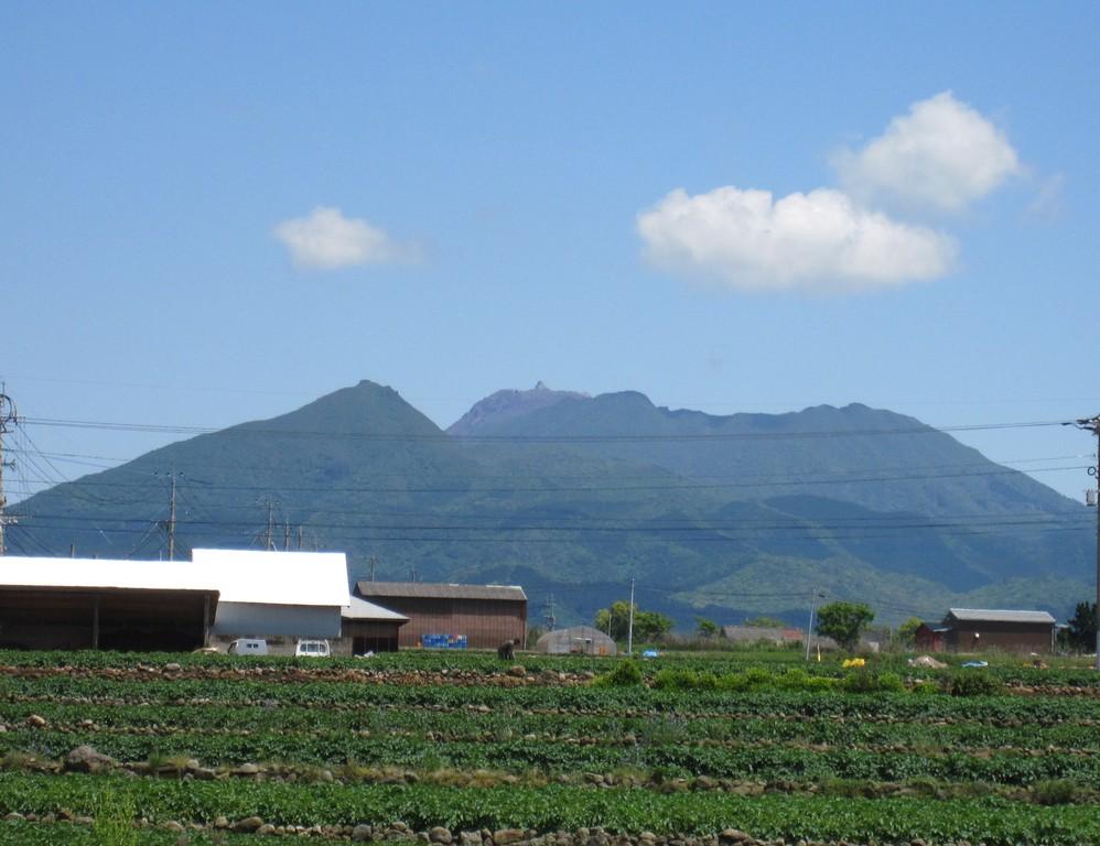 振り向くと遠くには雲仙岳を眺めることができます