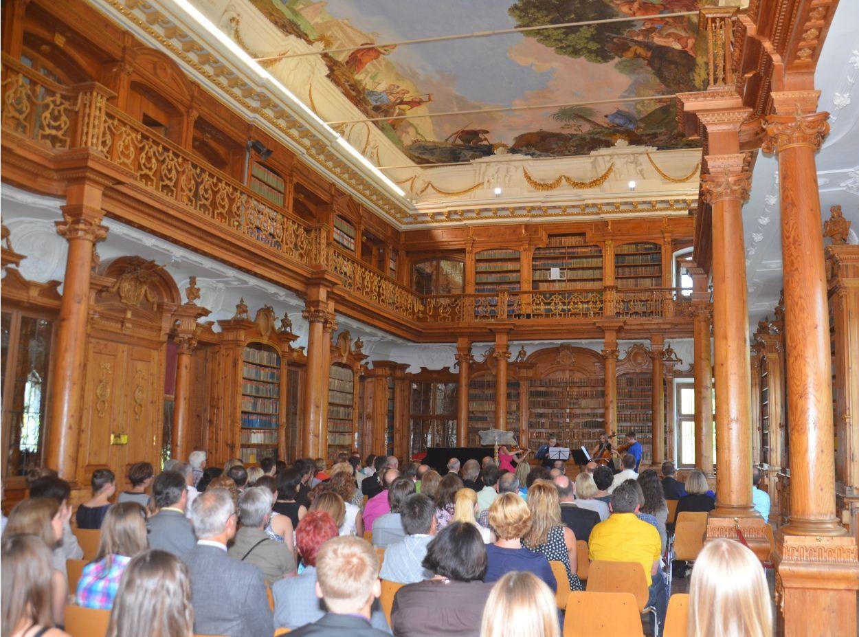 Festakt zur Zertifikatsübergabe im hist. Bibliothekssaal des Klosters Roggenburg