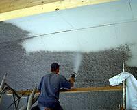 Um den Schall zu schlucken und die Reflektionen zu vermindern wird eine ca. 2 bis 3 cm starke Zelluloseschicht aufgesprüht.