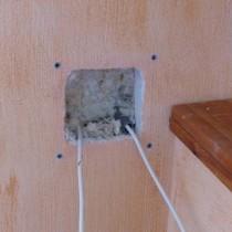Glaswolle Einblasdämmung über Installationsöffnung in einen Hohlraum eingeblasen.