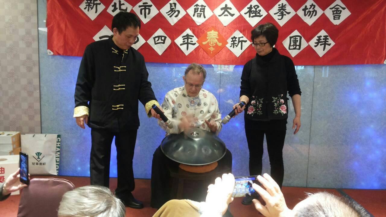 德籍會員現場表演手碟樂器
