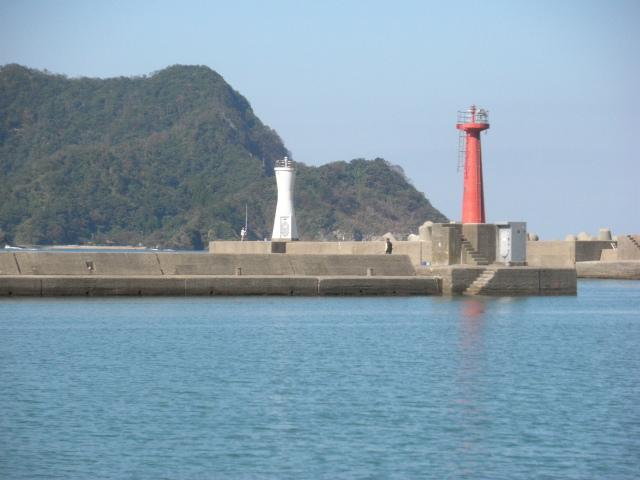 香住西港赤灯台、アジ、サヨリ、アオリイカ、カワハギ、ウマヅラ、グレ、シロギス、メゴチ、クロダイ、マダイ、小型魚が多いが、かつて40cm以上のマコガレイ、イシガレイ、ウシノシタ、ハネサイズのスズキの実績場