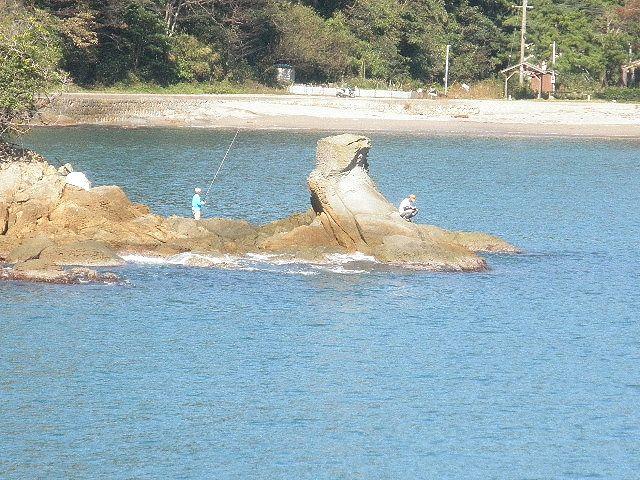 香住下ノ浜久津井港前磯、竿釣りで、チヌ、グレ、アジ、メバル・・・手軽に釣りのできる小磯。 早春に良型アジの回遊場所