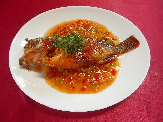 #カサゴのパプリカドレッシング #カサゴを下処理します #塩コショウ #パセリで味を調えオーブンで焼きます #焼いたカサゴにパプリカ #ゴマ油 #コンソメで味つけをして上からかけます
