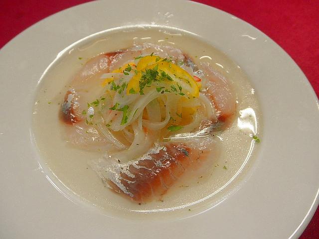 ます #アジのカルパッチョアジ #を下処理をして酢に漬けます #皿にアジをもりつけます #タマネギ #パプリカ #酢 #塩 #コショウ #生姜を混ぜ合わせ盛り付けます