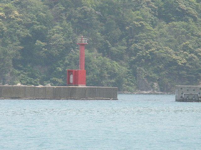 香住・柴山港赤灯台、灯台の北、東にトウフが入り、良形の魚が釣れにくくなった。以前はチヌ、マダイ、ヒラメ、カレイ、シロギス、キュウセンベラ、ガッチョ、スズキ・・などの良型ものもよく釣れたところ。北、沖の波止に渡してもらう方が良いようだ