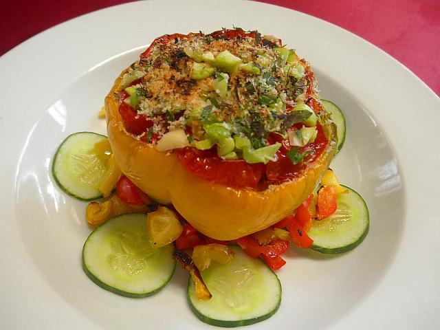 #パプリカのイカミンチ #チーズ焼き #パプリカの上を切り #イカのミンチ #塩コショウ #卵パン粉をつめ #オーブンで焼きます #焼いたパプリカにトマト #エダマメのクラッシュを飾ります #あしらいはキュウリ #焼きパプリカです