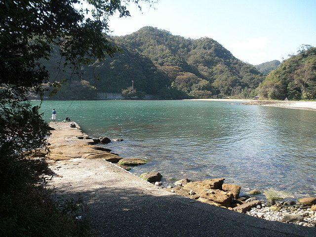 三田浜海水浴場北小突堤、シケた時がねらい目か?運がよければ大チヌが数枚釣れることもある。