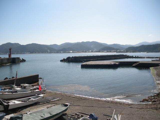 香住下ノ浜港、沖に見える横一文字から投げ釣りをすると良型のシロギスの大釣り、26cm以上の大キスも釣れる。テトラポットの穴釣り、サビキのアジ釣りが主流か。
