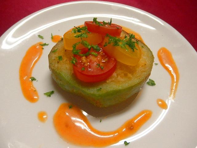 #パプリカのポテト詰め #レシピ #パプリカを厚さ1cmくらいに切り #中にポテトアンチョビマヨネーズをつめて揚げます #ミニトマト添え