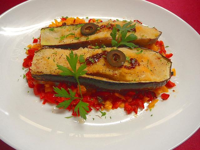 #ナスのグラタン #アンチョビソース #パプリカ添え #ナスにオリーブオイルをかけ パルメザンチーズ #パン粉をのせオーブンで焼きます #アンチョビを少し塗ります #皿にパプリカのオリーブ炒めを盛り付け #ナスをのせます