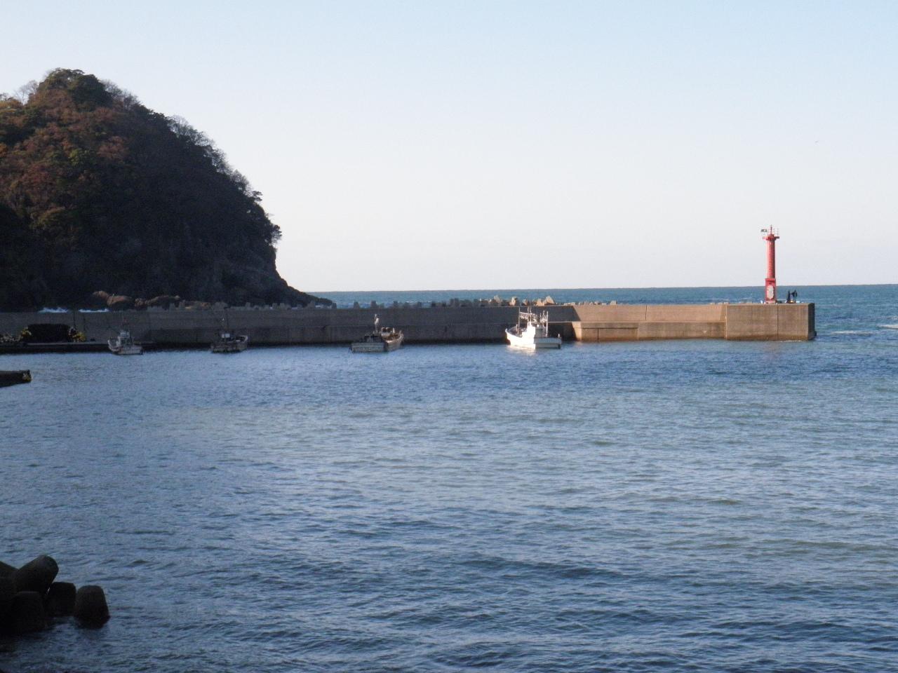 香住余部港赤灯台、水深もあり、チヌ、グレ、イシダイ、マダイと外海がシケたときに入り込むようです。先端は狭く2,3人ほどしか入れない。釣り人もよく知っておられ、釣り人の絶え間のない場所です。サビキ、ルアー釣りの人が多いですね。