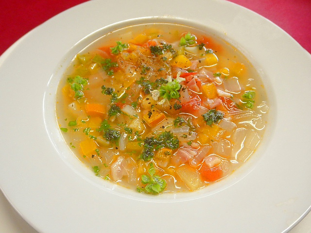 #スープ・オ・ピスゥ #鍋にオリーブオイル #ニンニク #ベーコンを入れ炒め #香りが出たら水を入れ #タマネギ #ジャガイモ #ズッキーニを入れ煮立てます。 #15分くらい煮立て #バジル #塩コショウで味を調え仕上げにパセリをふる