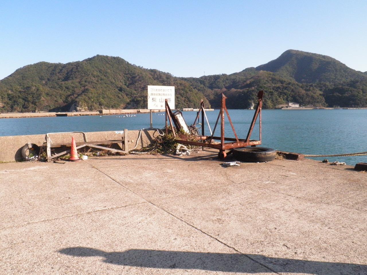 柴山湾内沖ノ浦護岸東角、工事用台船が停泊しているところ。ここも魚の警戒心が強いですが、釣る人はチヌの良型をよく釣られています。