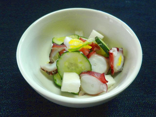 #タコのカルパッチョ #ゆでタコを適当に細かく切り #酢 #オリーブオイルで合わせます