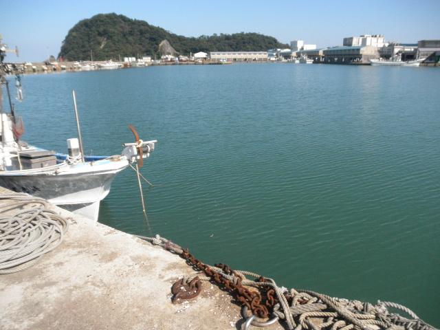 香住西港湾奥、漁港の最奥で小型船が多数停泊している。釣り物はアジ、カマス・・・40cm級マダイ、70、80cm級スズキの実績場である。