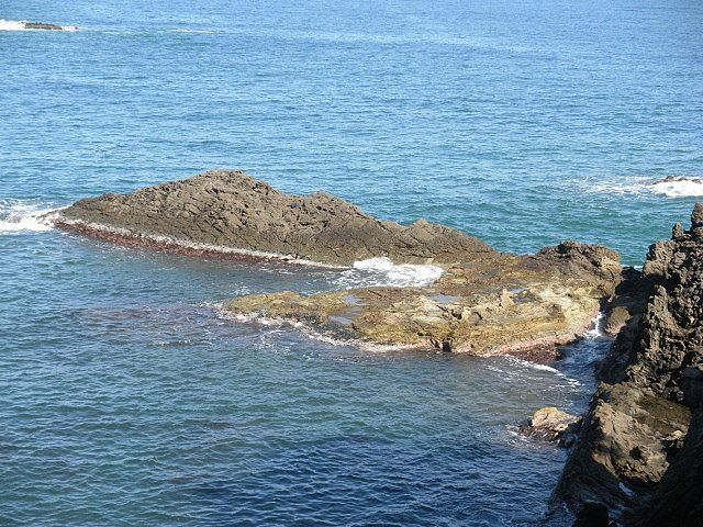 香住下ノ浜地蔵鼻西磯、小物釣り場と思うのだが、釣る人は大物を釣っておられることでしょう。東の鼻よりは西鼻の方が幾分安全か?しかし、足場をよく波が洗うので・・ここも要注意の釣り場ですね。
