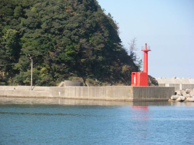 香住東港赤灯台、風裏の港で、雨風に強い。良型クロダイ、時には50cm級も、70cm級スズキ、根魚の大釣り、30cm以上のカレイ、マダイ、マゴチ・・・32cmのシロギスの実績場、主に小物釣り場